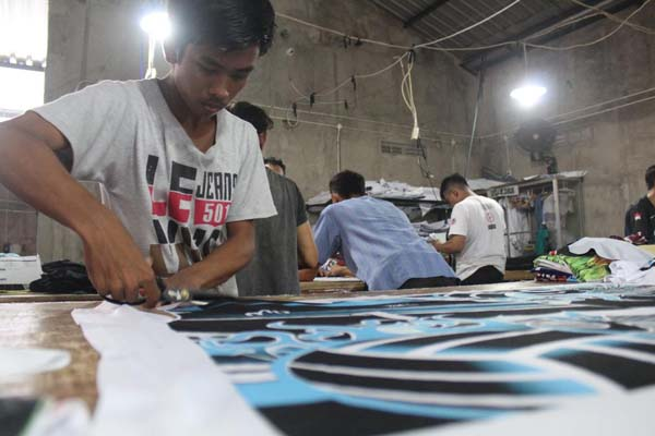 Proses produksi di pabrik PT Regarsport Industri Indonesia, Wonogiri, Jawa Tengah.