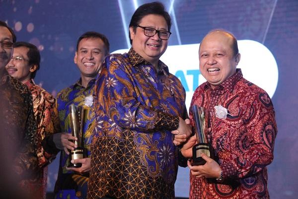 Menteri Perindustrian Airlangga Hartarto memberikan anugerah Platinum SNI Award 2018 kepada PT Pupuk Kaltim (Persero) yang diterima langsung oleh Direktur Utama PKT Bakir Pasaman.