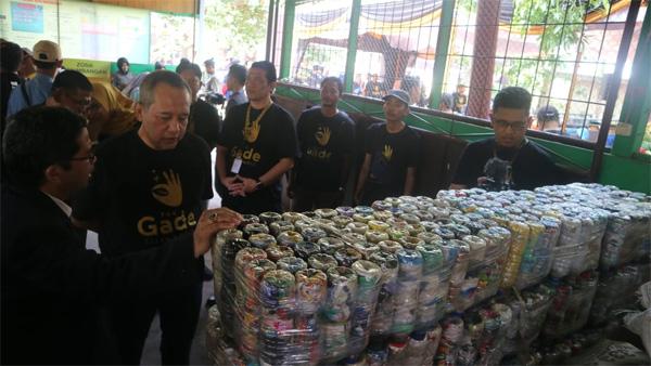 Caption foto: Direktur Pemasaran dan Pengembangan Produk PT Pegadaian (Persero) Harianto Widodo (dua kiri) saat meninjau lokasi bank sampah induk dalam program The Gade Clean & Gold di Kota Banjarmasin.